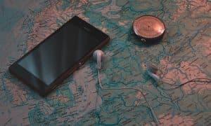 Mapa brújula y smartphone